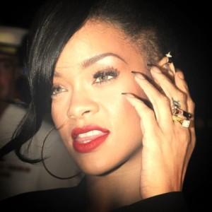 Rihanna sfoggia la sua nail art sfumata