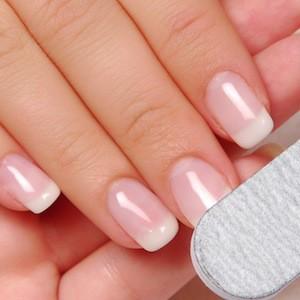 Limare unghie con lima di cartone